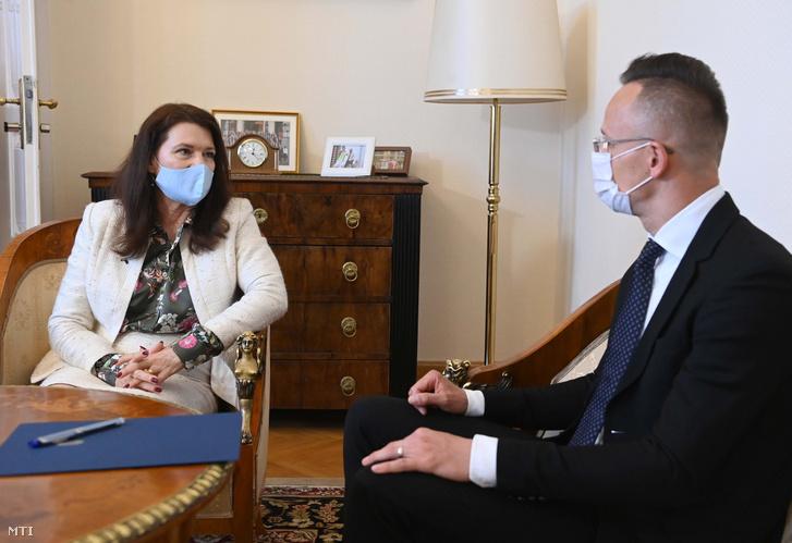 Szijjártó Péter külgazdasági és külügyminiszter hivatalában fogadja Ann Linde svéd külügyminisztert 2021. április 27-én