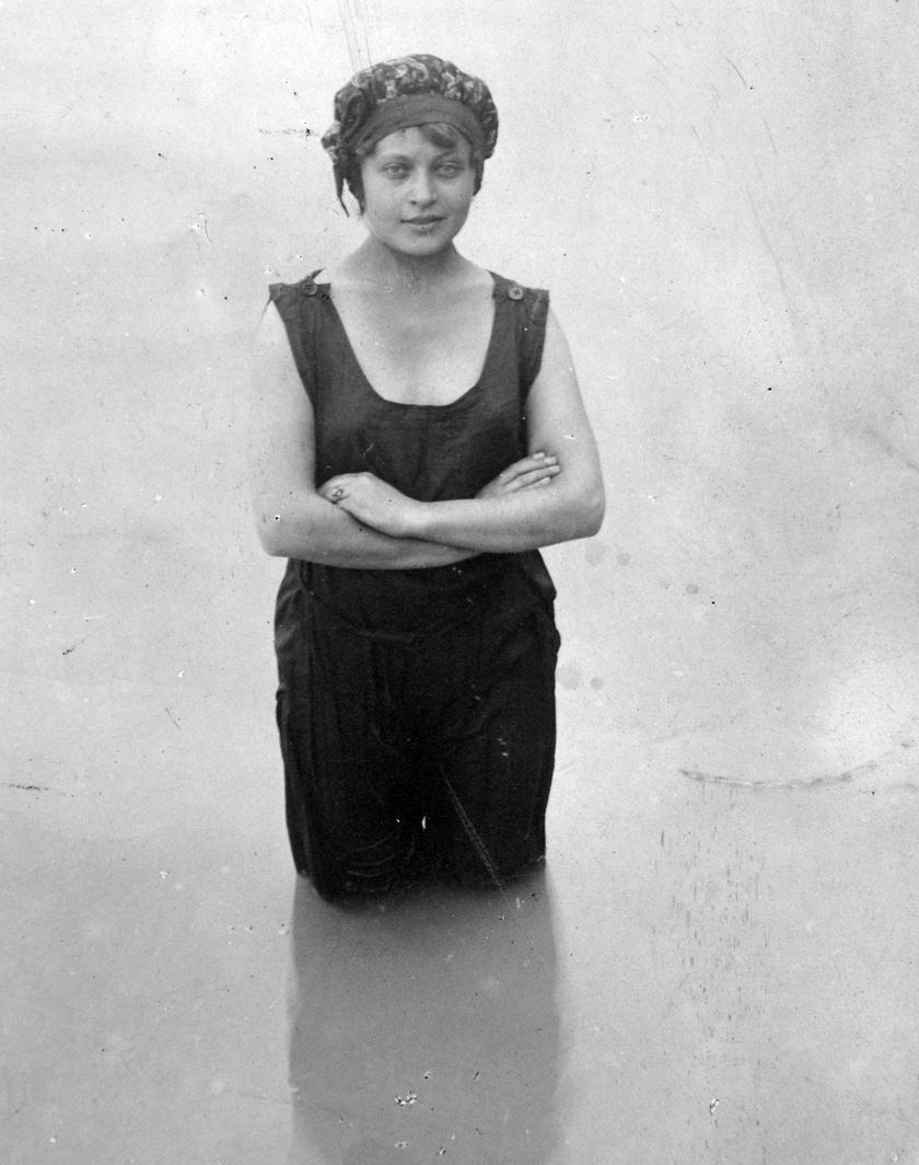 Ez a fürdőruhás kép éppen 120 évvel ezelőtt, 1901-ben készült a sejtelmes tekintetű szirénről.