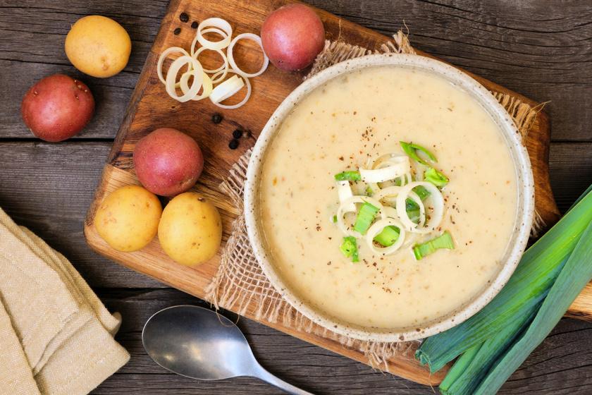 30 perces póréhagymás, krumplis krémleves: a tejszíntől még selymesebb
