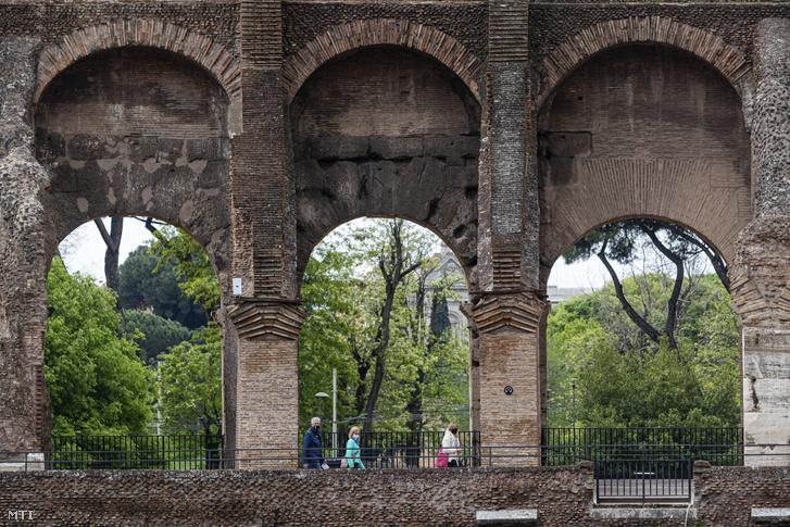 Látogatók a római Colosseumban 2021. április 27-én. A mûemlék a koronavírus-járvány miatti bezárását követõen az elõzõ nap nyílt meg újra.