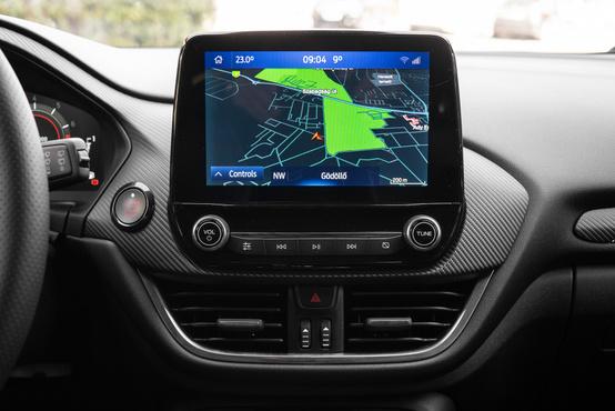 Az ST X felszereltség része a navigáció és az erősítős B&O hifi