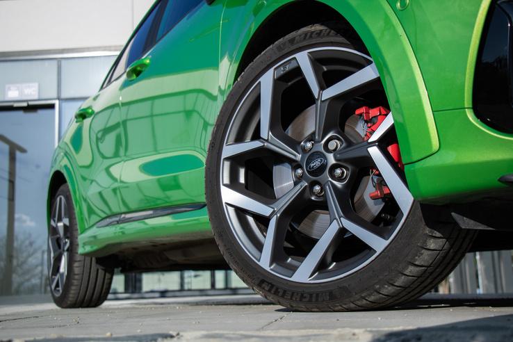 Bár a vételárba belefér, azért a Michelin Sport Pilot 4 elég drága gumi, szóval nem csak megvenni borsos a Puma ST-t