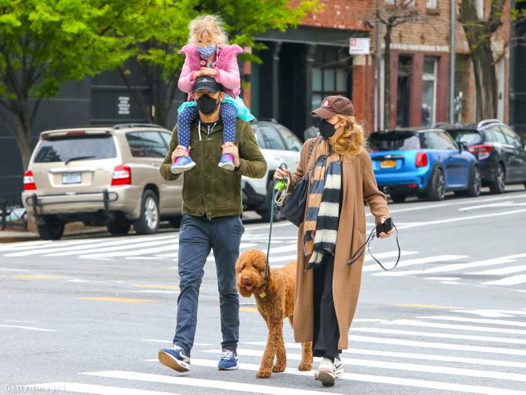 Íme, a sétáló család