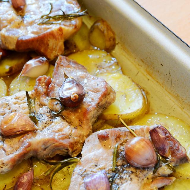 Krumpliágyon sült fokhagymás tarja: szaftos finomság a sütőből