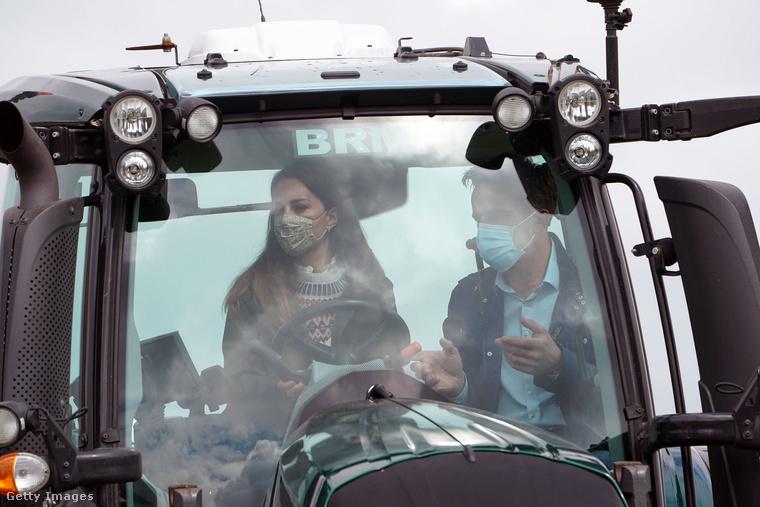 Katalin hercegné és Vilmos herceg április 27-én terepszemlére mentek Durhambe: egyrészt megtekintettek egy gazdaságot, amely dolgozik azon, hogy 2050-re nulla legyen a károsanyag-kibocsátása - itt éppen egy önvezető traktor működését tapasztalják meg.