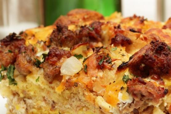 Kolbász, tojás és burgonya sütőben sütve.