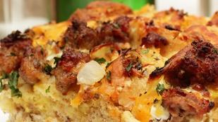 Kolbászos-tojásos casserole – egy szelet házi kenyérrel és ecetes fejes salátával érdemes tálalnod