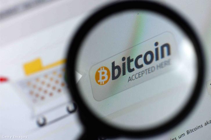 A bitcoin digitális valuta fizetési módként jelenik meg egy weboldalon 2013. november 6-án