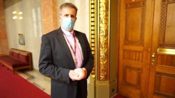Egy DK-s képviselő fél kiló csirkemellt akasztott Orbán Viktor irodájának kilincsére