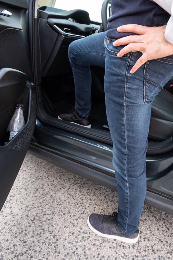 Aki nem ismerné fel ennyiből, maga Handras, azaz Horváth András mutatja meg, milyen magasan van a padló, az autó aljához képest