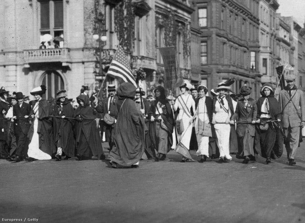 A szüfrazsett-mozgalom tagjai New Yorkból gyalog mentek Washingtonba Woodrow Wilson (1865-1924) eskütételére, hogy így demonstráljanak a nők jogaiért. Wilson az  Egyesült Államok 28. elnöke lett 1913-ban, megtörve a republikánus elnökök 1861. óta tartó láncát.