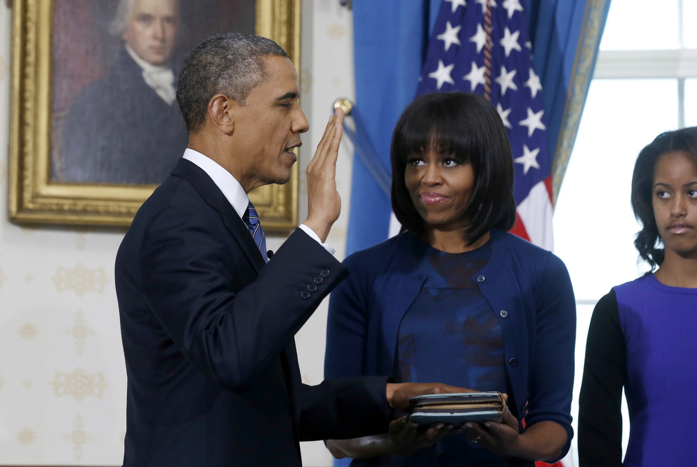 Barack Obama vasárnap délelőtt letette hivatali esküjét felesége, családja és egy biblia előtt  a Fehér Ház Kék termében. Négy évvel ezelőtt Obama azzal a bibliával esküdött, amivel 43 elnökkel előtte Abraham Lincoln is.