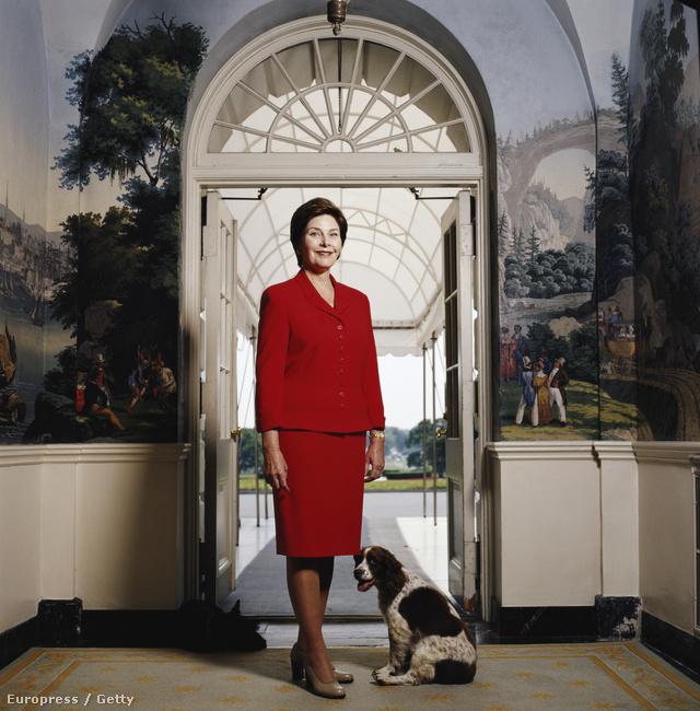 Laura Bush, George W. Bush felesége, a kétezres évek First Ladyje. Ez a kép még a '90-es években készült róla és kutyájáról