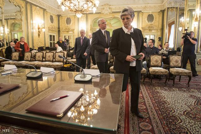 Galló Istvánné és Balog Zoltán érkezik a kormány és a pedagógus-szakszervezetek sztrájkbizottsága között létrejött megállapodás aláírására az Emberi Erőforrások Minisztériumában.
