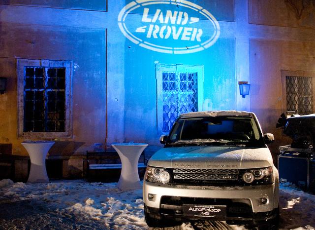 Találós kérdés: vajon ez már az új modell? És miért nem seperték le róla a havat?