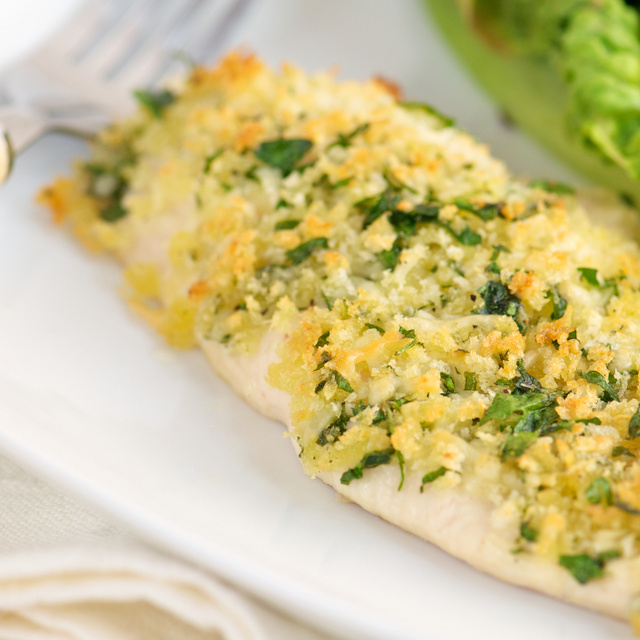 Omlós csirkemell zöldfűszeres panko morzsában: tepsiben sül jó ropogósra a bundája