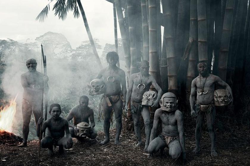 A Pápua Új-Guineában élő asaro törzs az Asaro-folyó mellett él, és különleges ismertetőjelük, hogy maszkokat viselnek, testüket pedig sár fedi. A maszkok a pápua szellemekben való hitet képviselik.