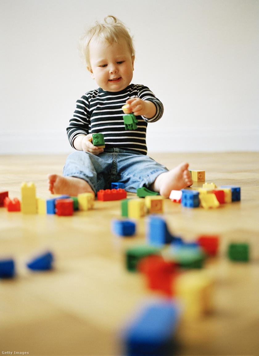 építőkockával játszó gyerek
