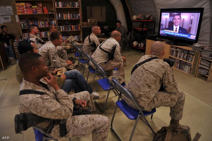 Amerikai katonák nézik, ahogy Barack Obama bejelenti Osama Bin Laden halálát 2011. május 2-án