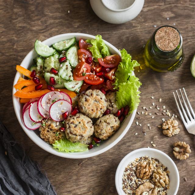 Fasírtgolyók sokmagvas bundában: tavaszi salátákhoz egyszerűen mennyei