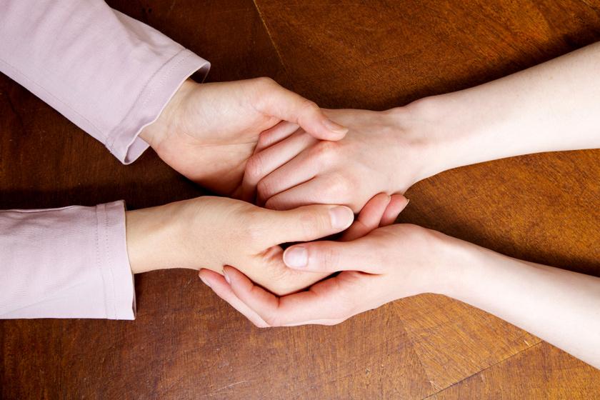támogatás segítség kéz a kézben kézfogás