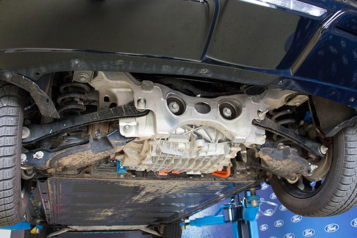 Jó masszív alumínium öntvény a hátsó segédalváz. Ez tartja a hátsó motort és a futóművet is