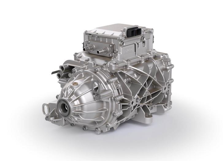 Borg Warner gyártmányú az állandó mágneses szinkron rendszerű hátsó motor. A forgórész tengelye cső, benne fut az egyik féltengely