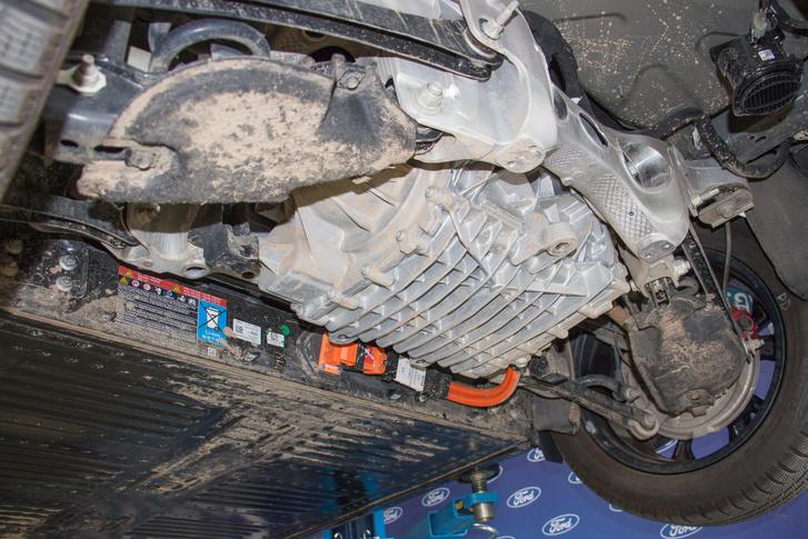 Így néz ki beépítve. A narancssárga kábeleken kapja a motor az áramot. Csúcsüzemben 198 kW (267 LE) teljesítmény halad át rajta