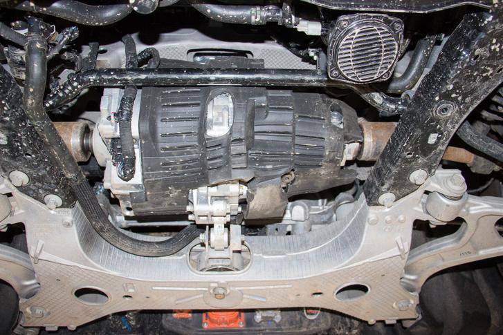 Zajvédő burkolat takarja az első, szintén állandó mágneses elektromotort az összkerekes kivitelekben. Ez is koaxiális kivitelű. A teljesítménye 50 kW körüli, és folyadékhűtéses