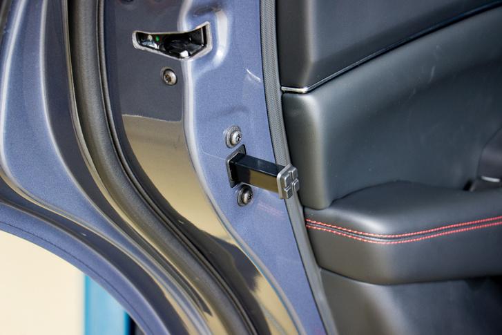 Amikor megnyomjuk a hátsó ajtón a gombot, ez a kis rúd kiugrik, és kilöki az ajtót. Így kinyitnunk nem, csak kitárnunk kell. Alapesetben persze azonnal visszahúzódik, de Béla becsapta egy trükkel