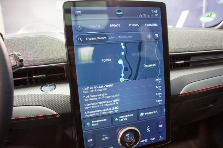 Ha kell, az összes közeli töltőt kijelzi a navigáció, de akár több ezer kilométeres utakat is megtervez, az útközbeni töltésekkel együtt
