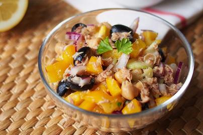 Isteni tonhalsaláta friss, ropogós zöldségekkel és citromos dresszinggel