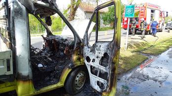 Hatalmas lánggal égett egy kisteherautó Gátéron, a sofőrje épp elment kávézni