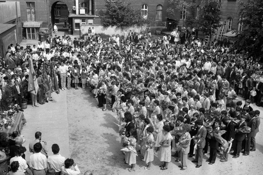 A végzős diákok csinosan felöltözve, egyenruhában, a szülőktől kapott virágcsokorral a kezükben ballagtak. Az iskolai ünnepség során az osztály egyes tagjai felidézték az elmúlt évek emlékezetes pillanatait, a tanárok pedig jótanácsokkal látták el a búcsúzó diákokat. A fotó 1987-ben, a mostani Újbudai József Attila Gimnáziumban készült.