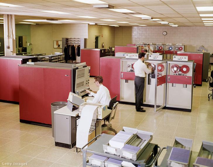 A hatvanas évekre kisebbek lettek a mainframe-nek nevezett számítógépek, a PC (Personnal Computer), azaz a személyi számítógép ekkor még nem létezett