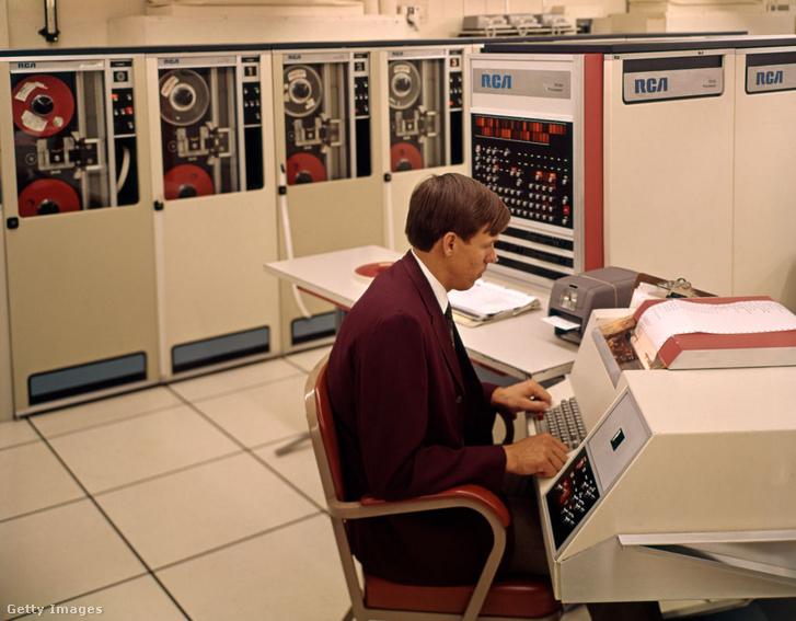 A képen egy RCA számítógép látható a hatvanas évekből. Hasonló gépekből állt volna az OGASz is. Az 1970-es évekig a legtöbb területen nem volt jelentős a szovjet technológia lemaradása. A mikroelektronika megjelenése azonban behozhatatlan hátrányba sodorta a Szovjetuniót