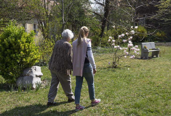 Önkéntes és beteg a Budapest Hospice Ház kertjében