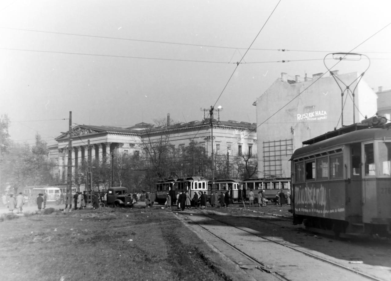 Kálvin tér a Nemzeti Múzeum felé nézve, 1956. A tűzoltóknak sokszor nemcsak a lángokkal, de az oltást nehezítő extrém körülményekkel is meg kell küzdeniük. Az 1956-os októberi forradalom során a tűzoltóságot folyamatosan kisebb-nagyobb tűzesetekhez riasztották. A stratégiailag fontosnak ítélt Magyar Nemzeti Múzeum október 24-én többször is kigyulladt, a tűzoltókat először 12 órakor riasztották – írja a lánglovagok.hu.  A múzeum Kálvin téri oldalánál ekkor már heves tűzharc zajlott, lövések érték az épület második emeletét, ami lángra kapott. A délután folyamán azonban ismét lövések érték az épületet, melyet a tűzoltók ekkor már nem tudtak megközelíteni, csak hosszú órák elteltével, így végül a tüzet október 25-én délután három órakor tudták megfékezni. Még aznap délután ismét kigyulladt a múzeum, a tűzoltóság rendkívüli küzdelme ellenére is számos tárlat hamvadt el, köztük több szakirat, a Kittenberger
