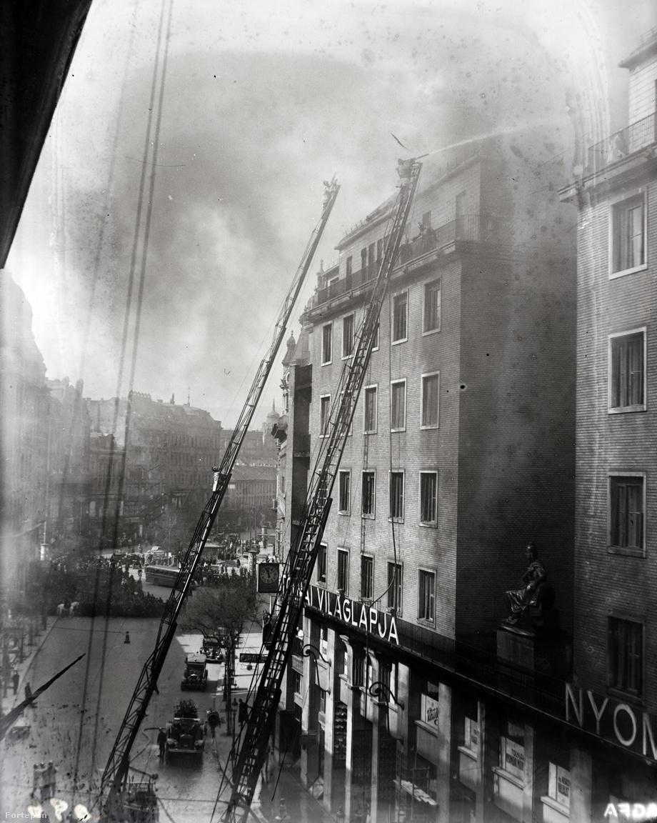 1938. március 17-én tűzoltók oltják a Tolnai Nyomdai Műintézet és Kiadóvállalat Rt. Dohány utca 12–14. szám alatti székházának tetőzetén keletkezett tüzet.A halálesetek túlnyomó többségét nem is a tűz, hanem az égés során keletkezett füst belélegzése okozza – közismert nevén a füstmérgezés. A forró füst megégeti, a mérgező vagy egészségkárosító anyagok pedig megduzzasztják, majd beszűkítik a légcsövet.  Az égés során keletkező füst azonban nemcsak a tűzeseteknél, hanem a mindennapi életben is káros: szmog, fűtés, autók kipufogója vagy a dohányzás során keletkező füst is rendkívül káros. A cigarettafüstben az égés hatására több ezer vegyi anyag keletkezik, ezek közül 93-ról már megállapította az Amerikai Egyesült Államok Élelmiszer- és Gyógyszer-engedélyeztetési Hivatala (FDA), hogy káros vagy potenciálisan káros az egészségre.