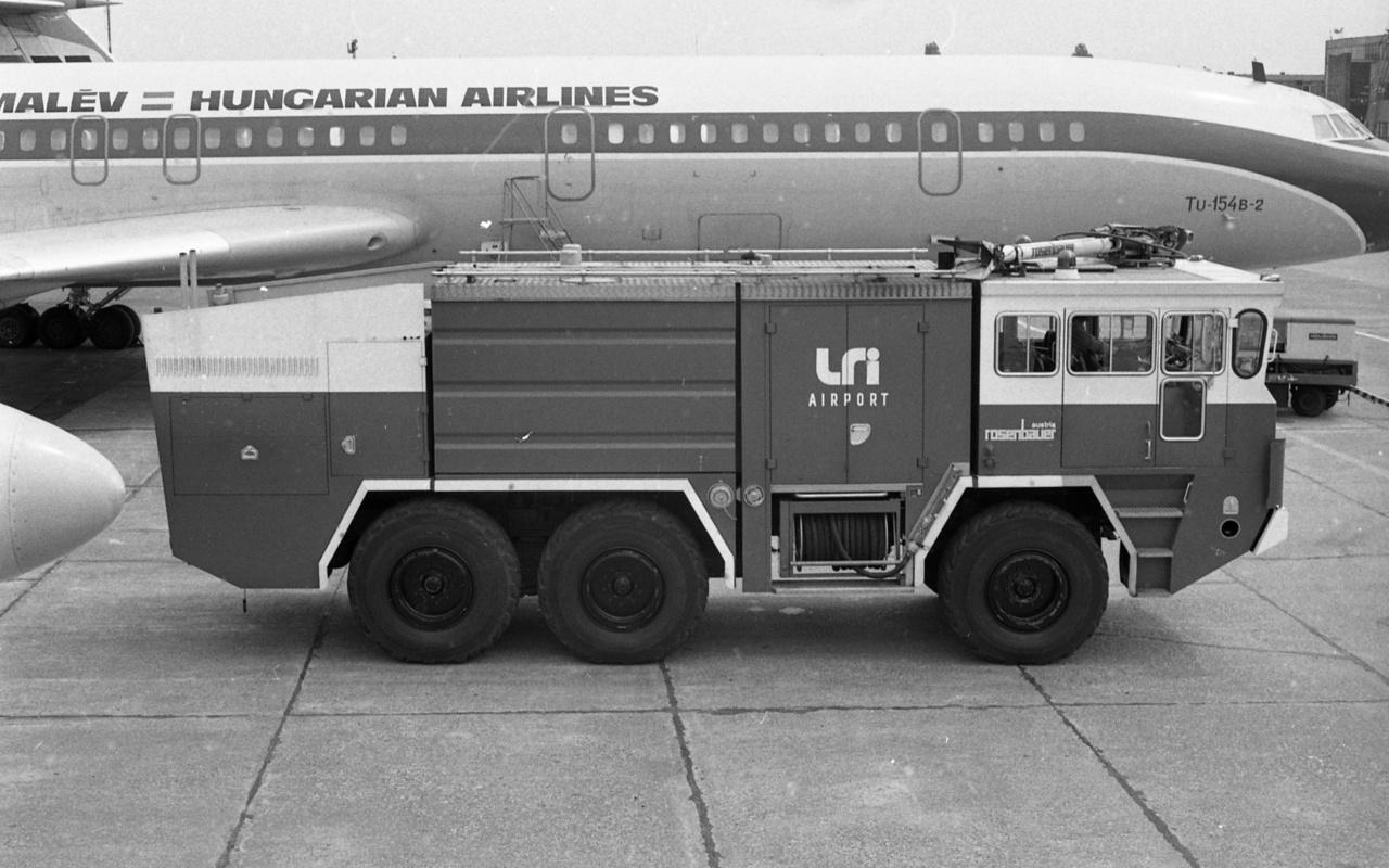 Tűzoltóautó a Liszt Ferenc repülőtéren, 1982.A reptéri tűzoltóság egyidős a Liszt Ferenc – korábban Ferihegyi – repülőtérrel, 1950. április 30-án hat fős állománnyal kezdte meg működését. A reptér bővülésével párhuzamosan mind műszakilag, mind létszámban jelentősen fejlődött: a '80-as években új tűzoltólaktanya épült, fejlettebb tűzjelzőket szereltek fel, a '90-es években pedig új bázis és két készenléti őrhely létesült. 2000-ben megalakult a Repülőtéri Katasztrófavédelmi Igazgatóság, mely már 130 fővel működik. Ugyanebben az évben gyulladt ki a Malév Fokker 70-es gépének az egyik hajtóműve, melyet a helyszínre siető tűzoltók percek alatt eloltottak.
