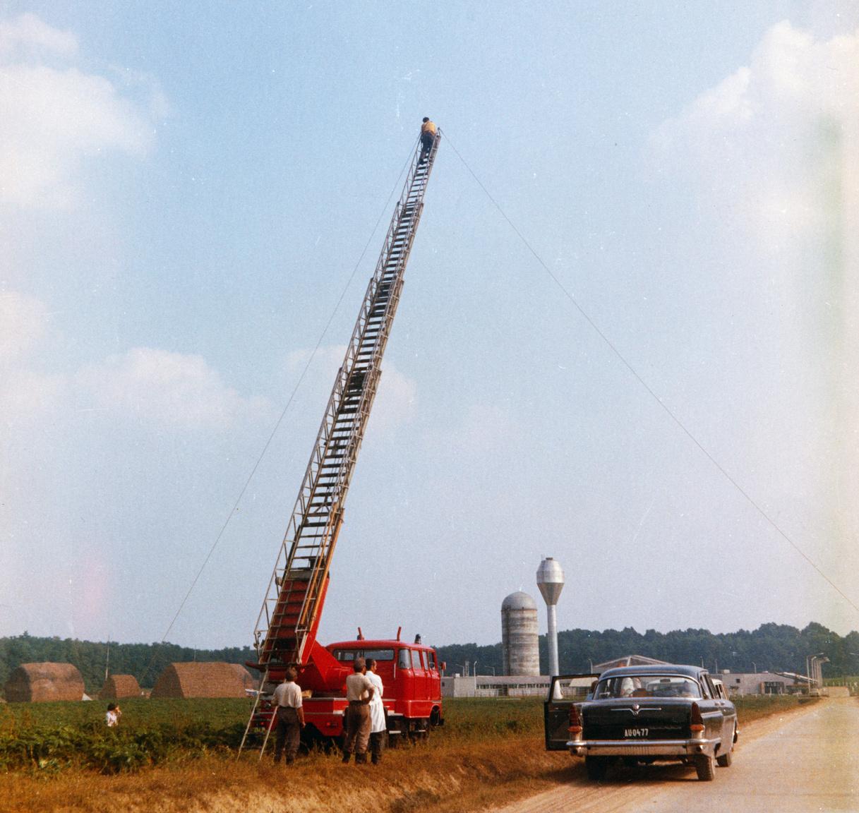 Tűzoltóautó, 1975.A tűzoltóautókat számos helyzetben bevetik, nem csak tűzeseteknél.  Ezeket az eseményeket műszaki mentésnek nevezik, főleg épületkárok és építményeken történt balesetek során hívják segítségül a tűzoltóságot. Ezenkívül folyókon vagy tavakon történt balesetek és katasztrófák helyszínén is a tűzoltók végeznek mentést, és őket hívják közműbalesetekhez, elemi csapások helyszínére – például, amikor egy faág esik a villanyvezetékre –, ha földalatti üregekbe ragadt embert vagy állatot kell kiszabadítani, sőt, veszélyes anyagok mentéséhez is. A tűzoltók feladata az életmentés, balesetelhárítás, az anyagi értékek mentése és a közúti forgalom akadályelhárítása is. A képen látható létra a magasból mentésre szolgál, létezik mélyből mentési szerkocsi, mely mászóeszközöket és mentőköteleket is tartalmaz.