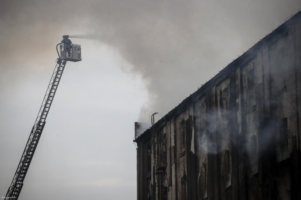 Raktároltás Soroksári úton, 2018.A Dandár utca közelében kigyulladt 1000 négyzetméteres régi raktárépületet 45 tűzoltó 10 vízsugárral és 13 tűzoltókocsival oltotta. A raktár faszerkezetei lángra kaptak, a tűzoltók megakadályozták a tűz terjedését, és személyi sérülés sem történt. De nem minden tűzeset végződik ilyen szerencsésen. 2006-ban a Műegyetem lőterén, a K épület -2. emeletén gyulladt ki a lőszerfogó fal, a hívásra tíz tűzoltó és két kocsi érkezett. A tüzet az alagsor kacskaringós labirintusában oltó tűzoltók kifelé igyekeztek, amikor a sűrű füstben és a folyosókon tárolt székek, vitrinek, asztalok erdejében csapdába estek, közülük hárman életüket veszítették és heten füstmérgezést kaptak. Végül 130 fős gárdára volt szükség a tűz megfékezéséhez.A fentiekből is látható, hogy az égés és a füst minden formája mennyire veszélyes. A lakás- és erdőtüzek károsak az emberre és a környezetre egyaránt, mint ahogyan a dohányzás is. Az tűzesetek sok esetben megelőzhetők lennének odafigyeléssel és tá