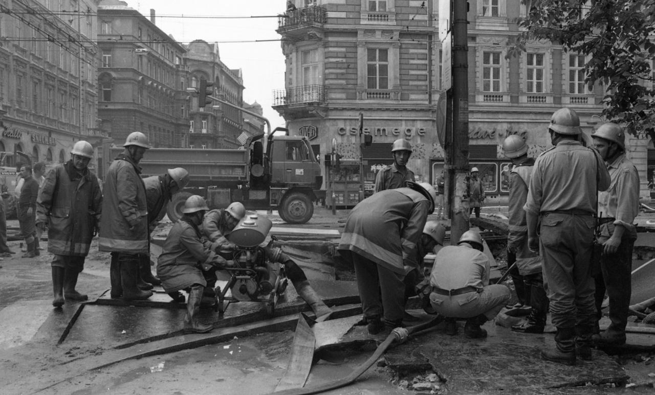 A Nagykörút - Király (Majakovszkij) utcai kereszteződésnél bekövetkezett víz főnyomóvezeték csőtörése, 1988. május 19-én.A nagykörúti főnyomócső cseréjére 101 év után került sor, 2019-ben. Azonban már a '80-as években tíznél is több csőtörés műszaki mentésben vett részt a tűzoltóság. A grandiózus, két halálos áldozattal és tetemes anyagi kárral végződő 1988-as esemény után napokig tartott a helyreállítási munkálat. A víz- és iszaprobbanás hat méter mély árkot hagyott maga után, gázvezetékek, csatornák és távvezetékek is megsérültek. Az áldozatok egy pinceműhelyben rekedtek, amit elárasztott a feltörő víz.