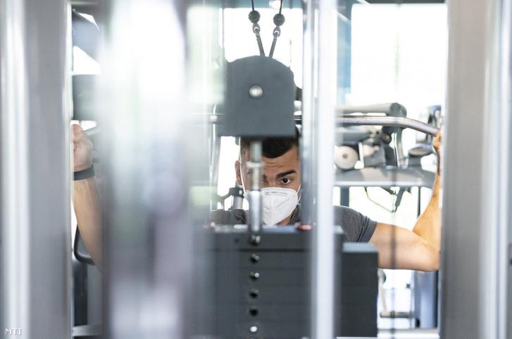 Egy férfi edz Nyíregyházán egy fitneszközpontban 2020. május 4-én