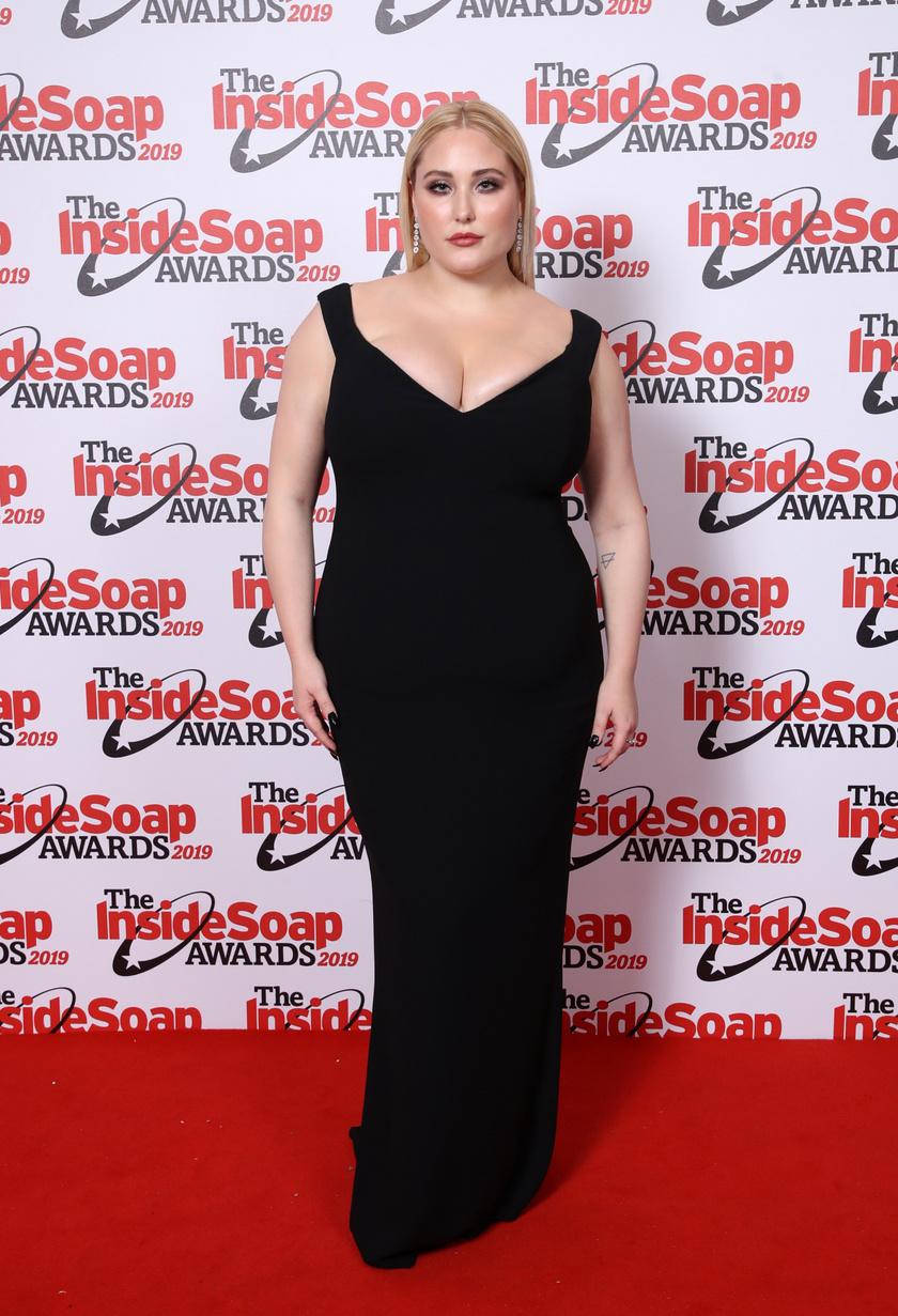 Hayley kedveli a testhezálló ruhákat, és dús dekoltázsát is gyakran megmutatja. Ebben a fekete estélyiben nemcsak elegáns, de nagyon szexi is.