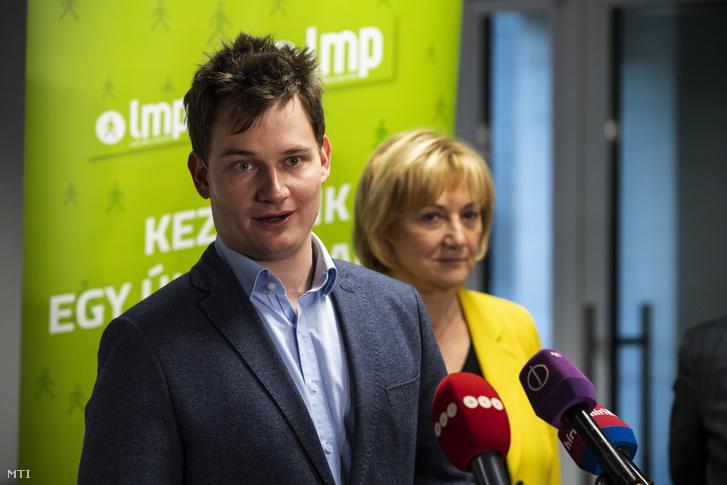 Kanász-Nagy Máté, az LMP országos elnökségének titkára beszél a párt kongresszusa után tartott sajtótájékoztatón Budapesten 2019. november 23-án. Mögötte Schmuck Erzsébet, az LMP parlamenti frakcióvezető-helyettese