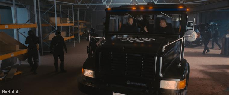 a teherautóban Holt McCallany ül, akit például a Mindhunter című sorozatból érdemes ismerni,