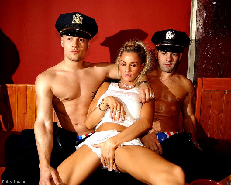 Természetesen nem, ők nem rendőrök, hanem ír vetkőzőművészek Wicklow-ban egy 2003 novemberi eseményen.