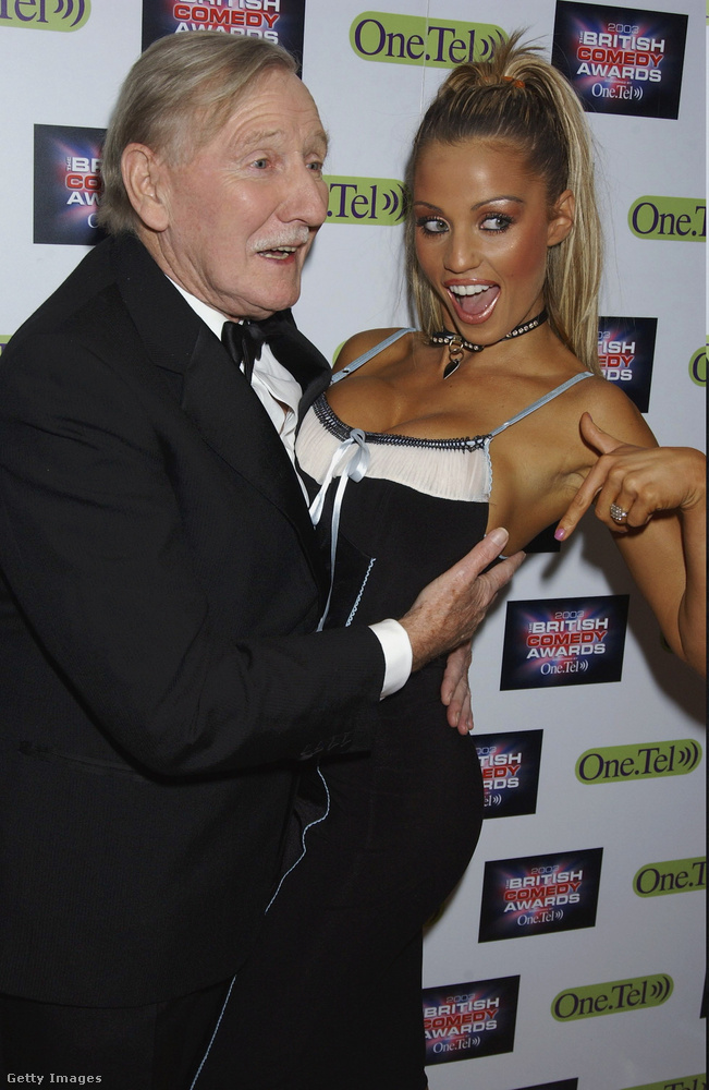 2003 nagyon erős év volt az akkor Jordan néven emlegetett modellnek, ekkor például Leslie Phillipsszel is pózolt egyet a British Comedy Awards nevű esemény vörös szőnyegén.
