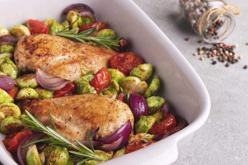 Rozmaringos csirkemell kelbimbóval sütve: együtt készül a főétel és a köret